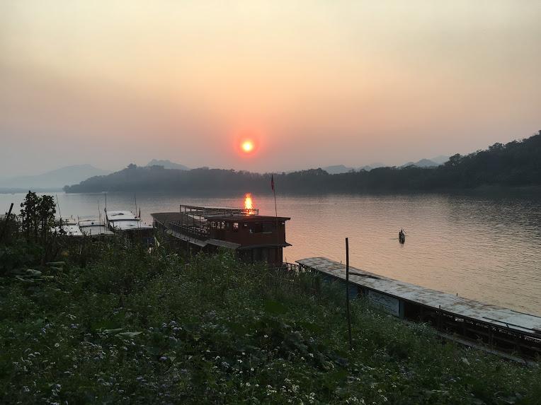 ルアンパバーン観光スポット メコン川沿い